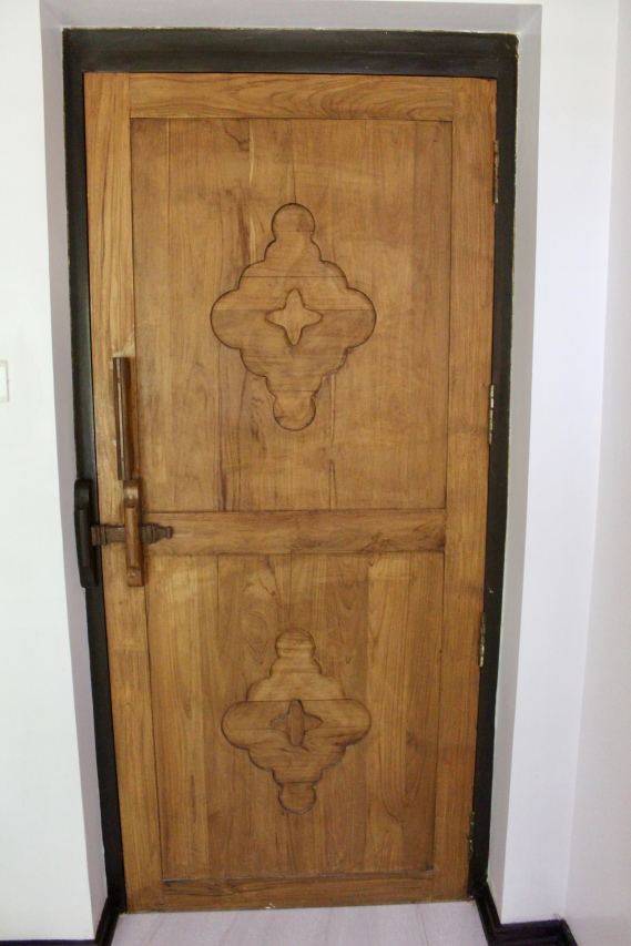 Carnoustie Villa - Heavy Wooden Door