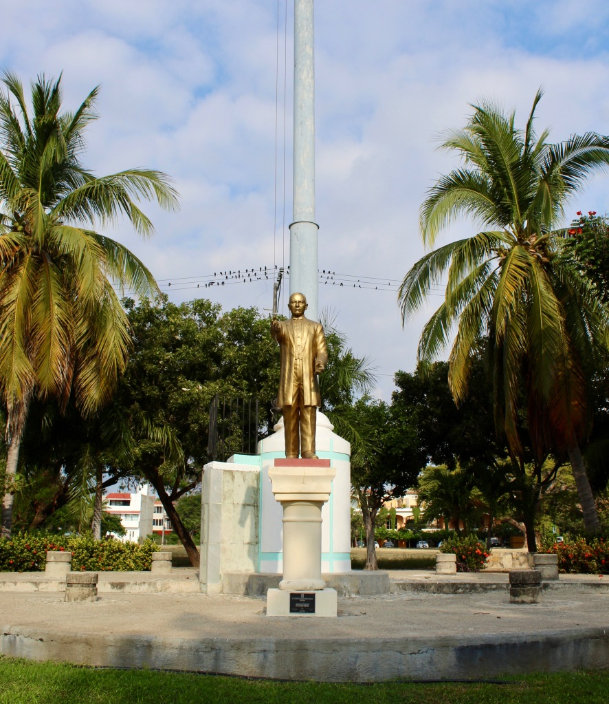 2019 - December - Chahué Bay, Huatulco, Mexico - statue in Plaza Guelaguetza
